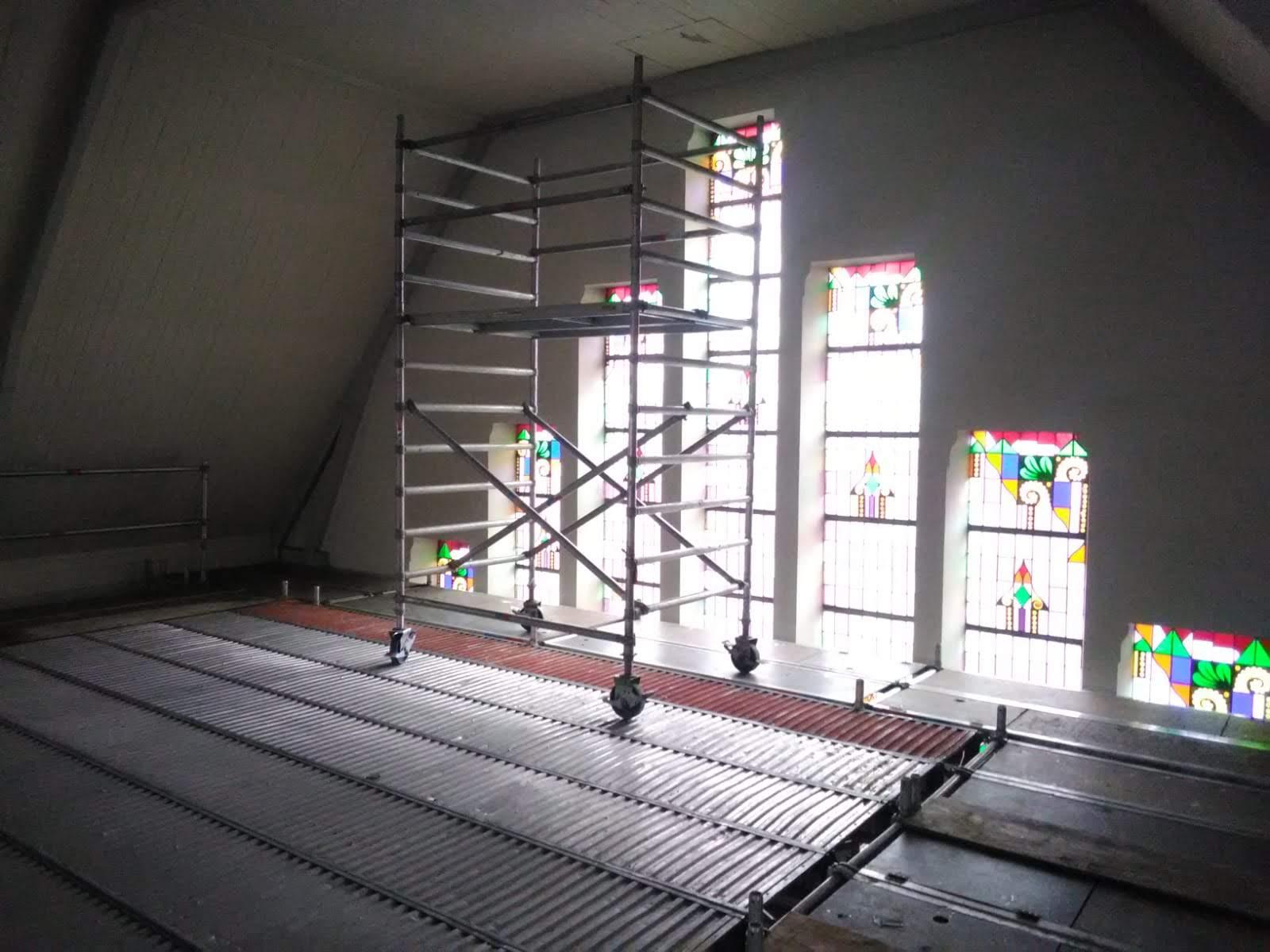 Rolsteiger op verhoogde werkvloer voor bereikbaar maken van plafond